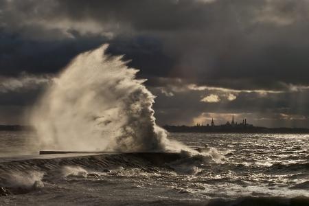 荒天時に桟橋で高い波
