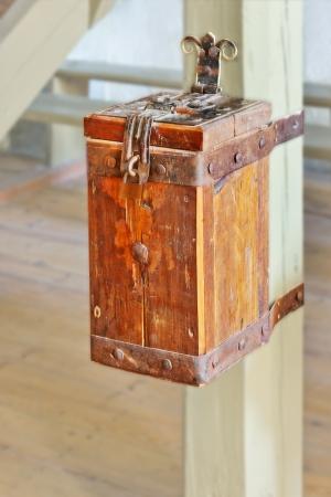 limosna: Caja de recogida de limosnas Foto de archivo