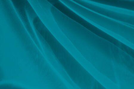 Trendiger blauer abstrakter Hintergrund mit ätzender Wirkung von Licht und Schatten. Licht geht durch ein Glas.