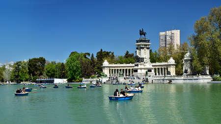 MADRID / SPAIN - APRIL 12, 2019 - Monument to Alfonso XII in The Jardines del Buen Retiro (Parque del Buen Retiro), the main park of the city of Madrid, capital of Spain. Standard-Bild - 137014166