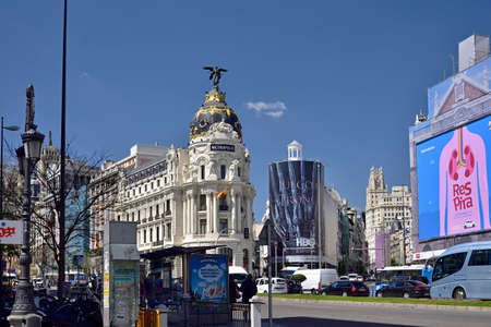 MADRID / SPAIN - APRIL 12, 2019 - Metropolis, one of the most beautiful buildings in the Calle de Alcala street with traffic jam in Madrid, Spain Standard-Bild - 137014187