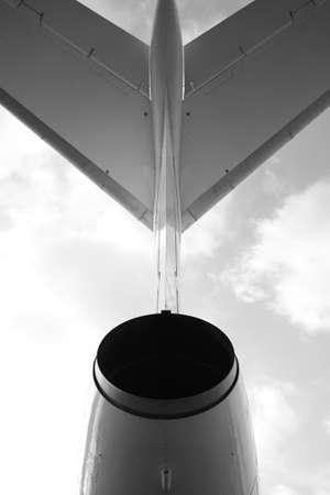 turbofan: Avi�n de pasajeros, vista con detr�s de foto en blanco y negro  Foto de archivo