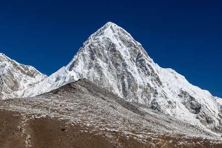 Pumori mountain and Kala Patthar - mount Everest view point. Trail leading up to Kala Patthar hill. Everest Base Camp Trek, Himalayas, Nepal. Beaytiful mountain summit landscape. Stock Photo