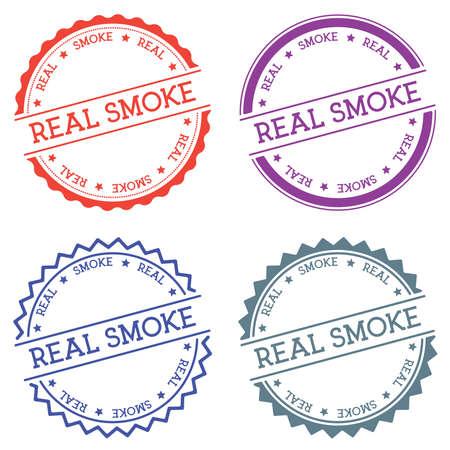Distintivo di fumo reale isolato su priorità bassa bianca. Etichetta rotonda stile piatto con testo. Illustrazione vettoriale di emblema circolare.