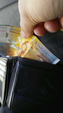 Tien frank uit een portemonnee halen, iets betalen en kopen