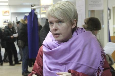 encuestando: Mosc�, Rusia - 4 de marzo de 2012. Las elecciones en Rusia. Pol�ticas Evgeniya Chirikova comunica con observadores en el colegio electoral