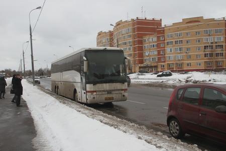 autoridades: Mosc�, Rusia - 4 de marzo de 2012. El fraude electoral en Rusia. Un autob�s con gente de las autoridades, quienes votan en m�ltiples centros de votaci�n de forma simult�nea