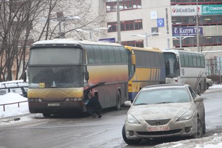 autoridades: Mosc�, Rusia - 4 de marzo de 2012. El fraude electoral en Rusia. Un autob�s con la gente de las autoridades, que votan en varios colegios electorales simult�neamente