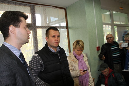 polling station: The head of the electoral headquarters of opposition activist Yevgenia Chirikova, Nikolai Laskin listens to the story of observer about violations at the polling station.