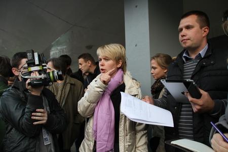encuestando: Khimki, regi�n de Mosc�, Rusia - 14 de octubre de 2012. El candidato a la alcald�a de l�der Khimki oposici�n Yevgenia Chirikova y su personal cabeza Nikolai Laskin comunicarse con la prensa fuera de la mesa de votaci�n. El d�a de las elecciones en la ciudad suburbana de Khimki b
