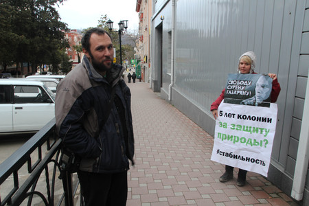 The politician Evgenia Chirikova with the poster in support of the arrested Suren Gazaryan. And the Gazaryan who is just released from under arrest