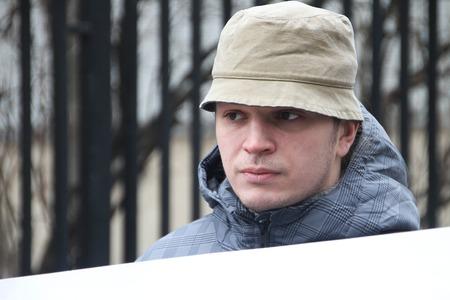detained: Mosc�, Rusia - 10 de abril de 2012. Pol�tico Mikhail Velmakin cerca de la c�rcel donde hay un pol�tico arrestado Nikolay Lyaskin. Liyaskin fue detenido por intento de ustnovit carpa de protesta en la Plaza Roja Editorial
