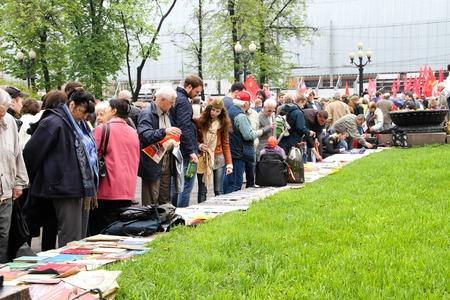 communistic: Mosc�, Rusia - 9 de mayo de 2012. Marzo de comunistas en el d�a de la victoria. Los participantes de la procesi�n comunista consideran la prensa y los libros pol�tica Editorial