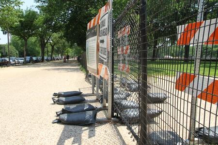enclosing: Washington DC, USA - 13 maggio 2012. La recinzione che delimita la sede dei lavori per il miglioramento della citt�