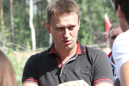 conversaciones: Khimki, regi�n de Mosc�, Rusia - 19 de agosto de 2012. Pol�tico Alexei Navalny conversaciones con activistas en el bosque de Khimki. Los representantes de las distintas fuerzas pol�ticas se reunieron para proponer el candidato �nico de la oposici�n en las elecciones en Khimki - a Evgenia Ch