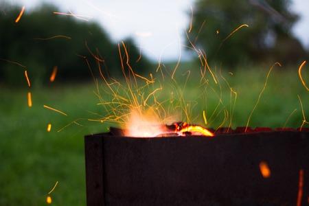 étincelles barbecue volez de les charbons de cuisson barbecue pour le dîner du soir de feu Banque d'images
