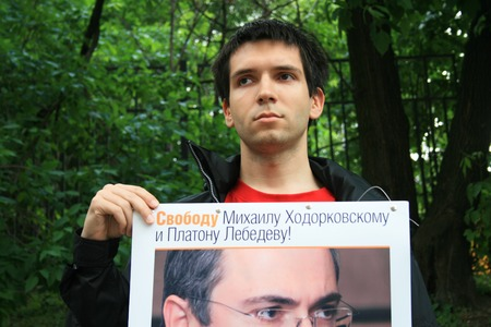 political prisoner: Moscow, Russia - June 4, 2009. Political activist Oleg Kozlovsky to protest in support of Khodorkovsky. Political picket of Solidarity at the building of Hamovnichesky court during the trial of Mikhail Khodorkovsky