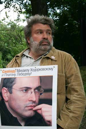 political prisoner: Moscow, Russia - June 4, 2009. Journalist Alexander Ryklin to protest in support of Khodorkovsky. Political picket of Solidarity at the building of Hamovnichesky court during the trial of Mikhail Khodorkovsky