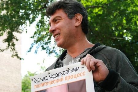 political prisoner: Moscow, Russia - June 4, 2009. Politician Boris Nemtsov to protest in support of Khodorkovsky. Political picket of Solidarity at the building of Hamovnichesky court during the trial of Mikhail Khodorkovsky