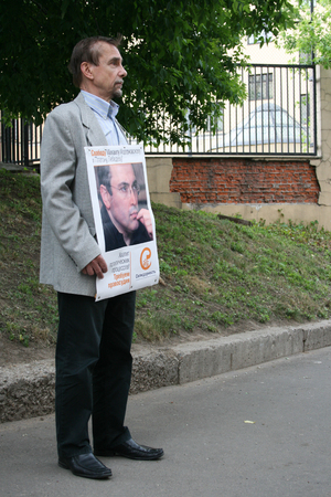political prisoner: Moscow, Russia - June 4, 2009. Human Rights Activist Lev Ponomarev to protest in support of Khodorkovsky. Political picket of Solidarity at the building of Hamovnichesky court during the trial of Mikhail Khodorkovsky