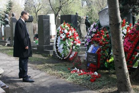 Moscow, Russia - April 24, 2010. Politician Vladimir Milov at the grave of Yegor Gaidar. Novodevichy cemetery Редакционное