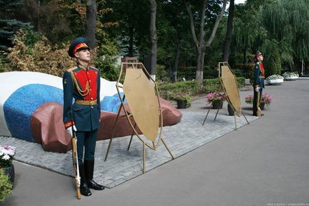 Moscow, Russia - August 21, 2010. The honor guard at the tomb of Boris Yeltsin on the anniversary of the 1991 coup. Novodevichy cemetery Редакционное