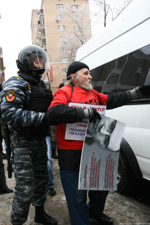 Riot police detain Russian opposition activist
