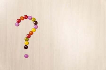 punto interrogativo: Punto interrogativo fatto da pillole di caramelle con lo spazio del testo
