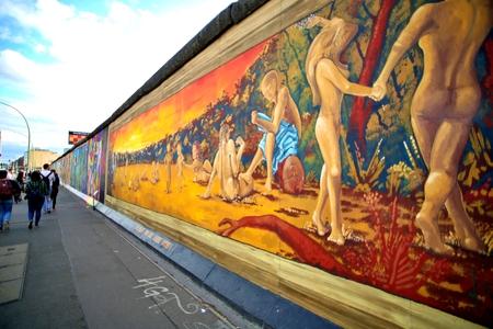 BERLIN, GERMANY - SEPTEMBER 15: Berlin Wall graffiti seen on Saturday, September 21, 2019 Berlin, East Side Gallery, Berlin Wall famous memorial. Standard-Bild - 133265360