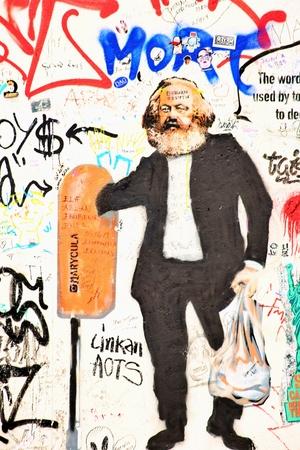 BERLIN, GERMANY - SEPTEMBER 15: Berlin Wall graffiti seen on Saturday, September 21, 2019 Berlin, East Side Gallery, Berlin Wall famous memorial. Standard-Bild - 133265361