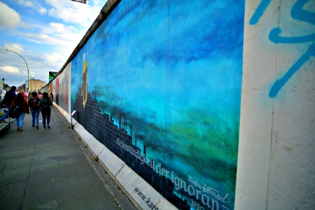 BERLIN, GERMANY - SEPTEMBER 15: Berlin Wall graffiti seen on Saturday, September 21, 2019 Berlin, East Side Gallery, Berlin Wall famous memorial. Standard-Bild - 133265362