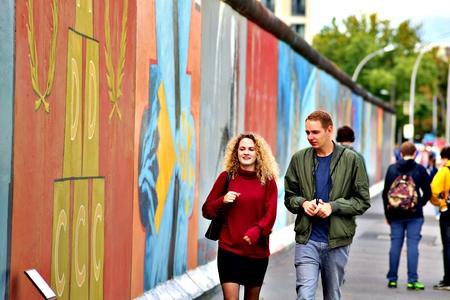 BERLIN, GERMANY - SEPTEMBER 15: Berlin Wall graffiti seen on Saturday, September 21, 2019 Berlin, East Side Gallery, Berlin Wall famous memorial. Standard-Bild - 133265363