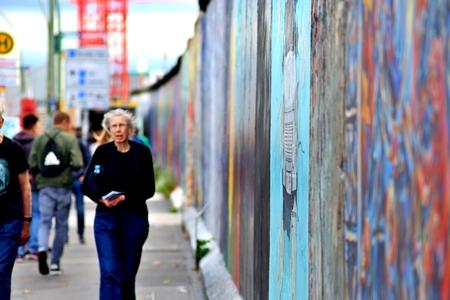 BERLIN, GERMANY - SEPTEMBER 15: Berlin Wall graffiti seen on Saturday, September 21, 2019 Berlin, East Side Gallery, Berlin Wall famous memorial. Standard-Bild - 133265372