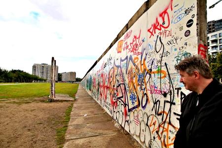 BERLIN, GERMANY - SEPTEMBER 15: Berlin Wall graffiti seen on Saturday, September 21, 2019 Berlin, East Side Gallery, Berlin Wall famous memorial. Standard-Bild - 133265384