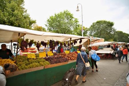 Berlin Germany. SEPTEMBER 09, 2019: Sales of fresh vegetables and fruits in center vegetable outdoor market. Standard-Bild - 133265430