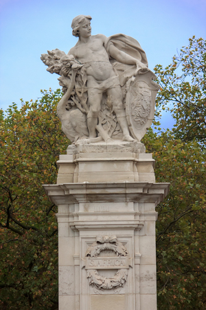 buckingham palace: South Africa statue near Buckingham palace