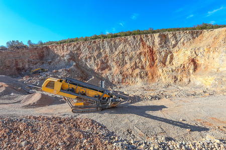 gravel pit: Machinery in the gravel pit