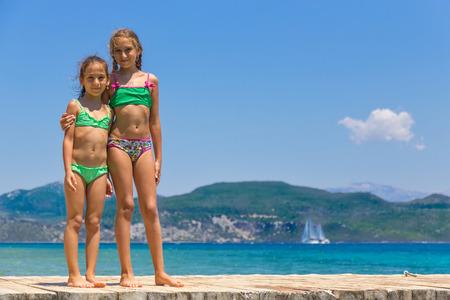 Las niñas en el muelle de madera