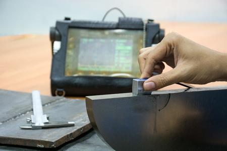 Lassen inspectie door Ultrasone test voor gevonden intern defect Stockfoto