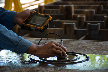 ut: Ultrasonic test to detect imperfection or defect of steel plate in Workshop, NDT Inspection. Stock Photo