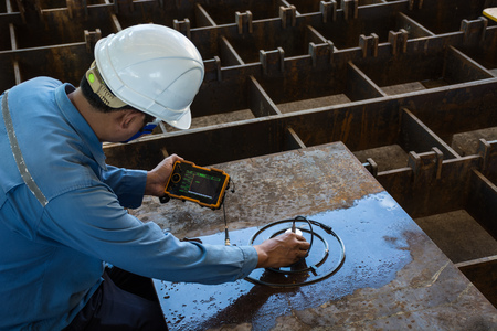 Ultrasonic test to detect imperfection or defect of steel plate in Workshop, NDT Inspection. Standard-Bild