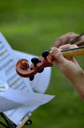 partition musique: Gros plan de la tête de violon avec partition dans le vent.