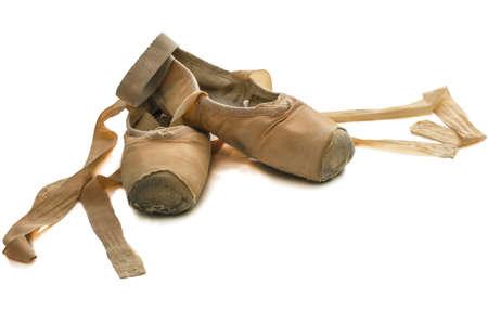 ballet clásico: Antiguo utilizados zapatillas de ballet aisladas sobre fondo blanco Foto de archivo