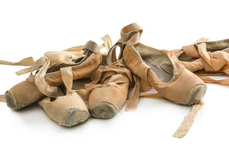 ballet clásico: Un montón de viejos zapatos de ballet utilizados aislados en fondo blanco