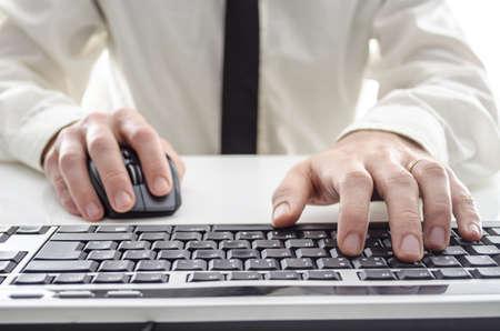 myszy: Zbliżenie człowieka przy użyciu komputera Jego koszulę i krawat w tle
