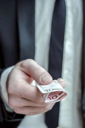 show bill: Primer plano de una mano masculina que da dinero