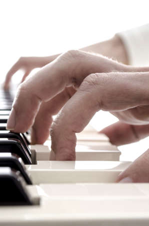 pianista: Detalle de las manos tocando en las teclas del piano digital