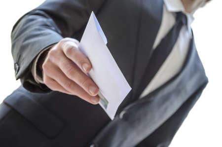 corrupcion: Vista recortada de un hombre que da sobre el fondo blanco con