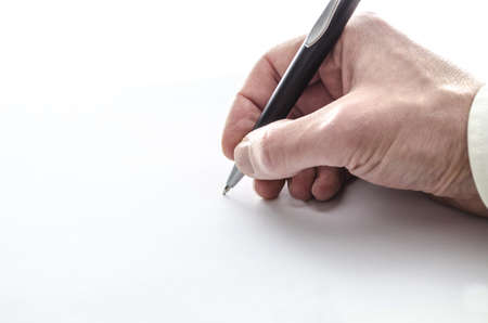 Businessmans scrittura a mano su un foglio bianco