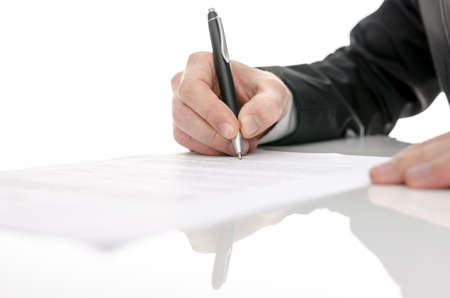 legal document: Hombre de negocios de firmar un contrato sobre una mesa blanca con enfoque selectivo Foto de archivo
